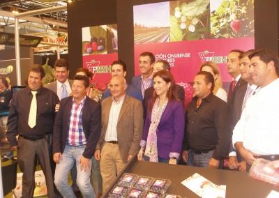La diputada provincial de Desarrollo Socioeconómico, Esperanza Cortés, visita el expositor de la asociación Freshuelva