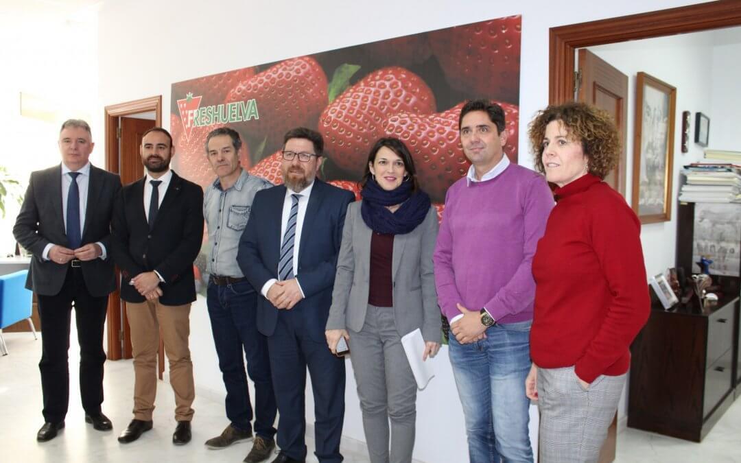 Freshuelva recibe la visita del consejero de Agricultura