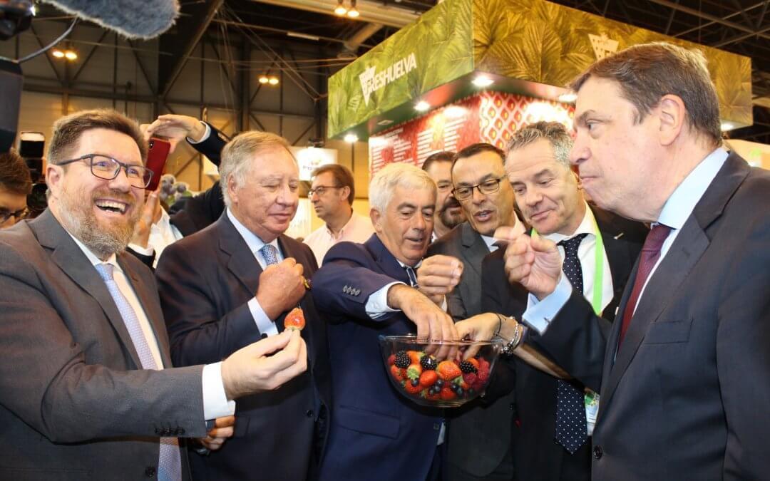 Los frutos rojos de Huelva reciben el apoyo del ministro de Agricultura