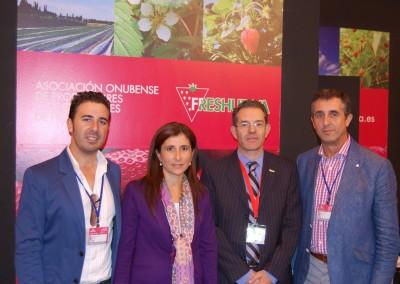 Esperanza Cortés, diputada de desarrollo local, junto con Rafael Domínguez y concejales del Ayuntamiento de Moguer