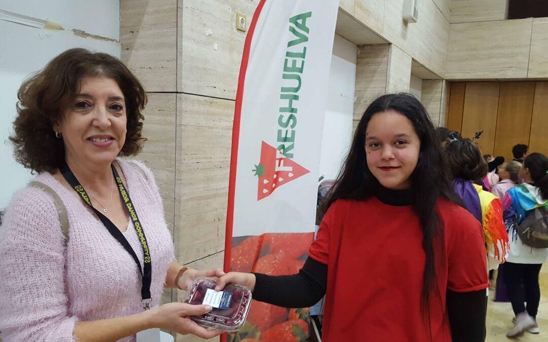 Los berries de Freshuelva, degustados por los bailarines de la Huelva Dance Community
